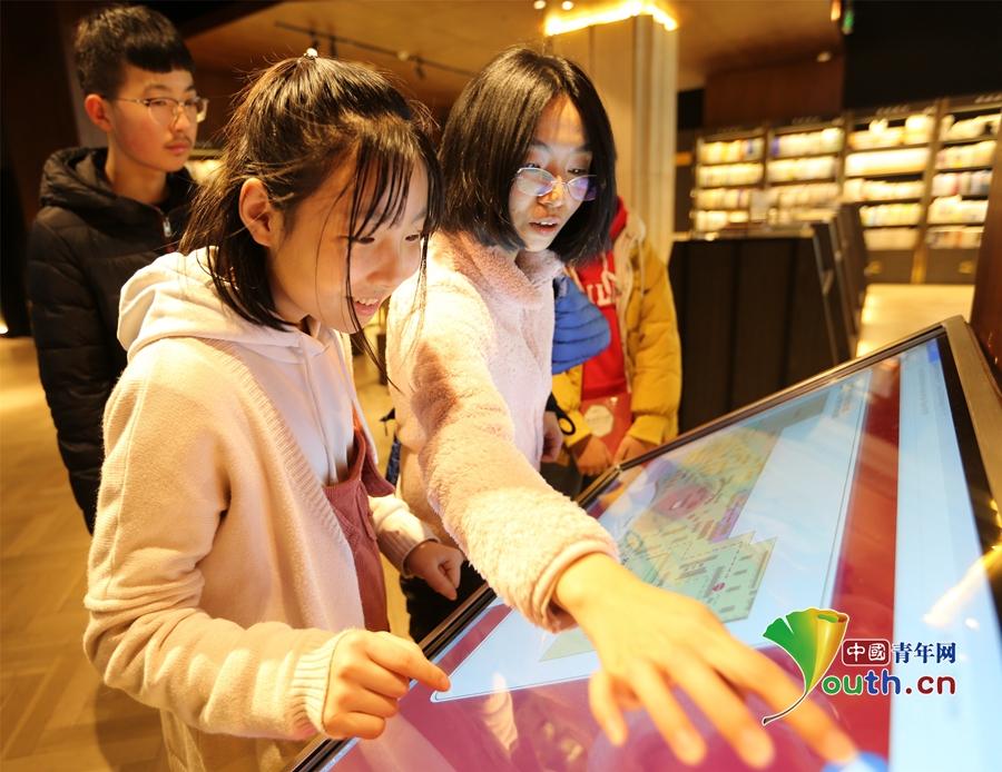 新春佳节将至 众多市民书店选购图书当新年礼物